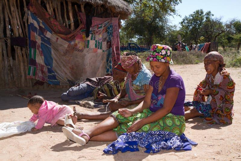La vie de village de San en Namibie image libre de droits