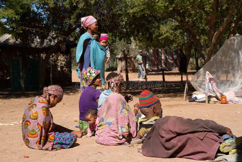 La vie de village de San en Namibie photo stock