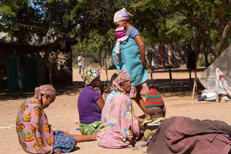 La vie de village de San en Namibie images libres de droits