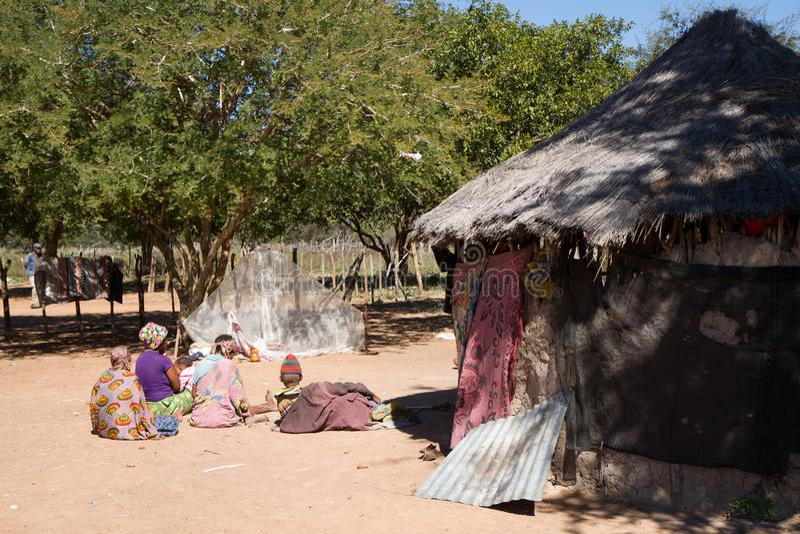 La vie de village de San en Namibie photographie stock