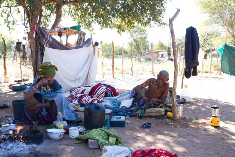La vie de village de San en Namibie images stock