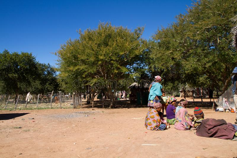 La vie de village de San en Namibie image stock