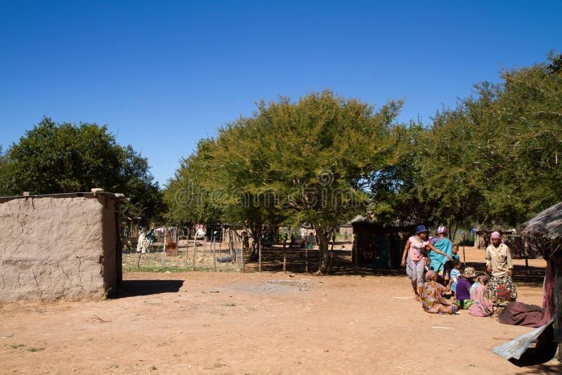 La vie de village de San en Namibie photographie stock libre de droits