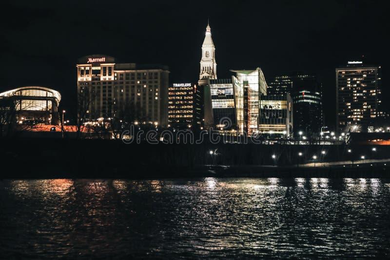 La vie de ville la nuit photographie stock libre de droits