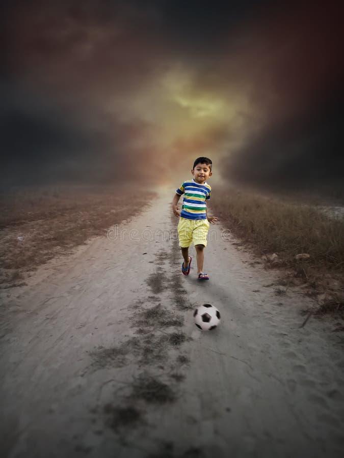 La vie est bonne nous a laissés jouer au football photo libre de droits