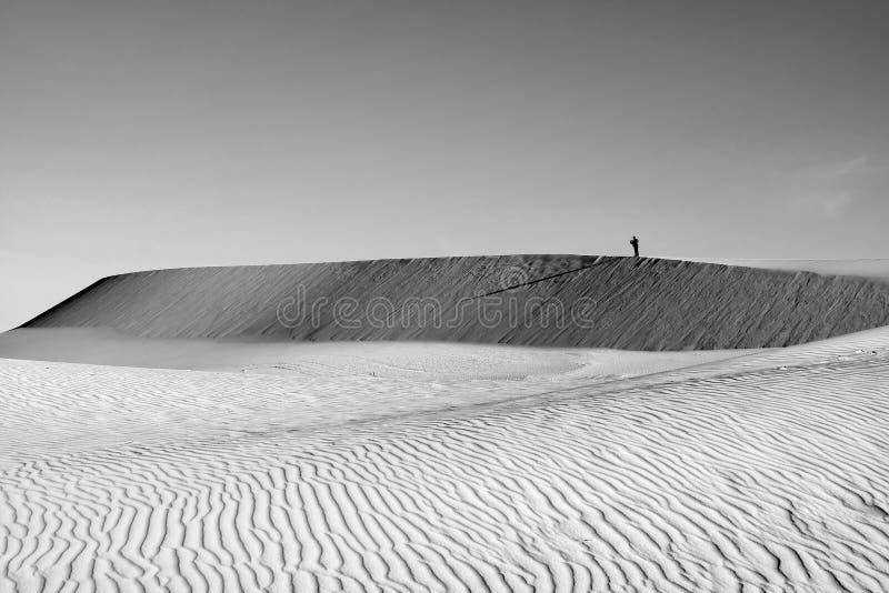 La vie est le voyage, homme seul sur la colline de sable photographie stock