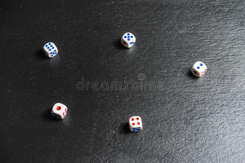La vie est un concept de jeu Matrices sur le fond noir, dépendance de jeu images libres de droits