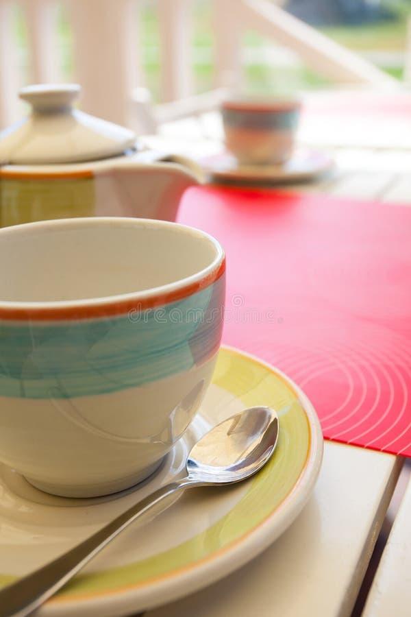 La vie immobile de thé sur une table images stock
