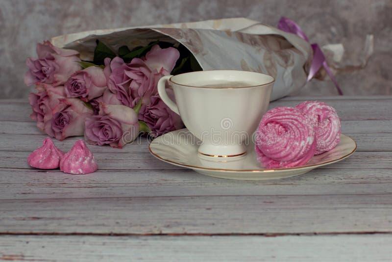 La vie immobile romantique avec une tasse de café et de guimauves dans une ambiance confortable avec des roses image libre de droits