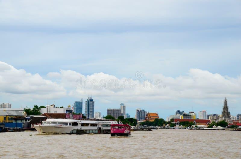 La vie le long de la rivière de Chawphaya le Business Day photographie stock