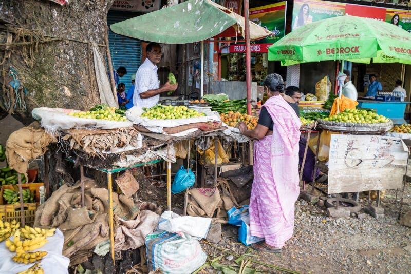 La vie locale du marché dans un début de la matinée image libre de droits