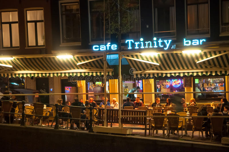 La vie nocturne au quartier chaud, touristes apprécient des boissons dans un café local à Amsterdam, Pays-Bas photos stock
