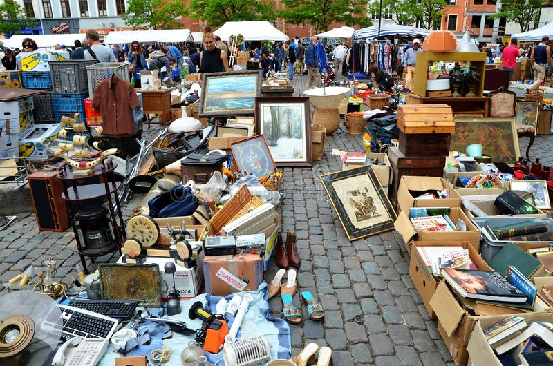 La vie occupée sur le marché aux puces, Bruxelles photo libre de droits