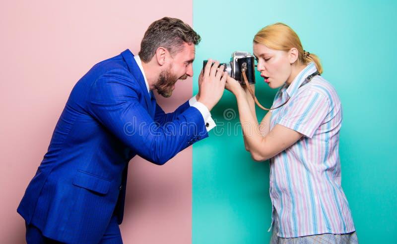 La vie par la lentille Tir de mode dans le studio de photo Jolie femme à l'aide de la caméra professionnelle Homme d'affaires pos image libre de droits
