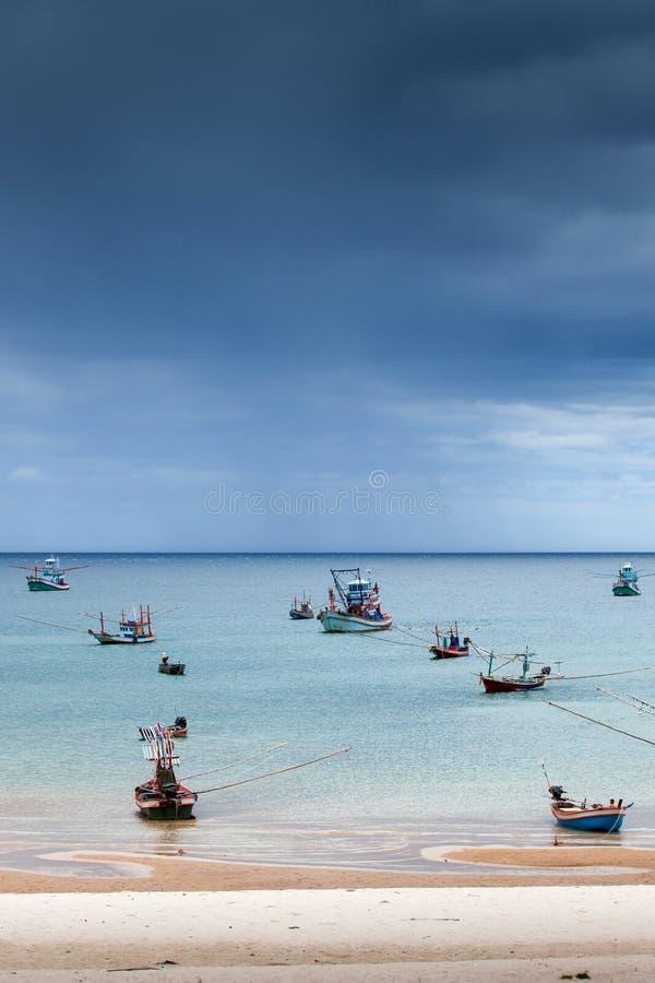 La vie scénique de pêcheur de paysage marin, beaucoup de bateau en bois de pêche traditionnel en mer, tempête est les prochains m photos stock