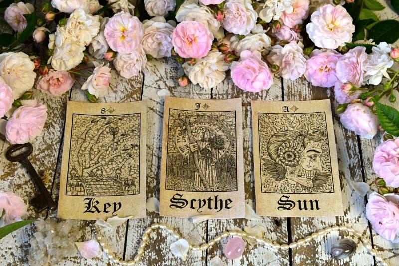 La vie toujours avec des cartes de tarot, rituel d'oracle de Lenormand images stock