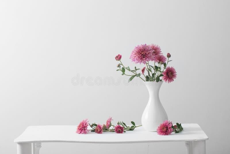 La vie toujours avec des chrysanthèmes sur le fond blanc photographie stock libre de droits