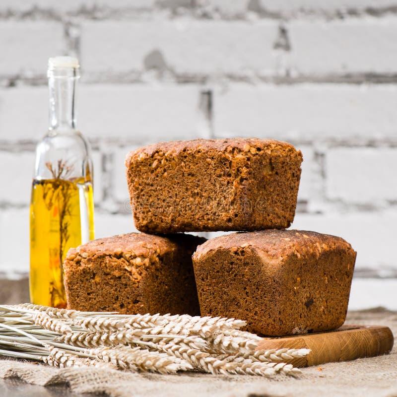 La vie toujours avec des pains de seigle rustiques faits maison avec des graines, blé et photographie stock libre de droits