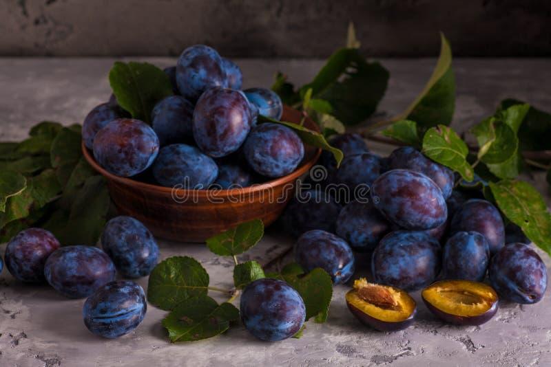 La vie toujours avec des prunes dans la cuvette photos stock