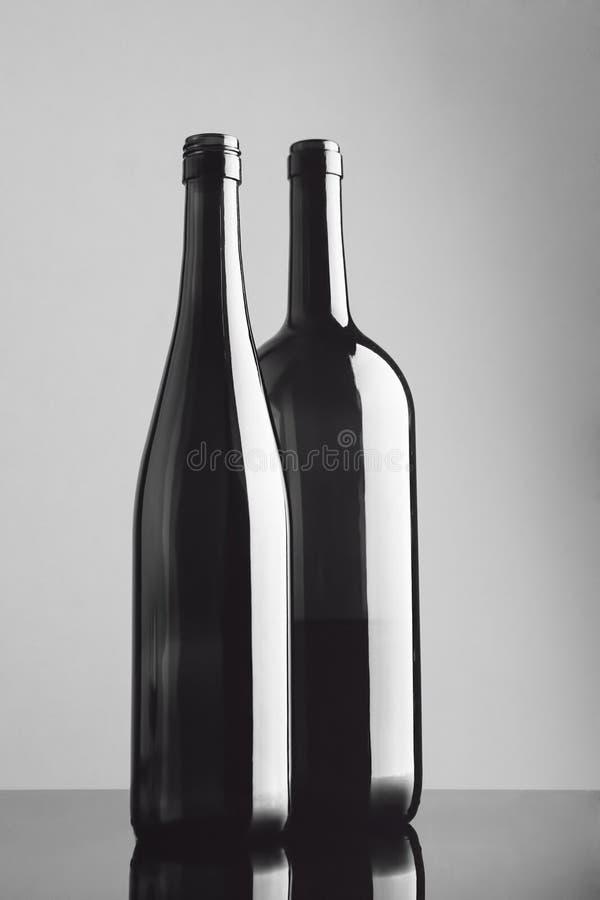 La vie toujours avec deux bouteilles en noir et blanc photos libres de droits