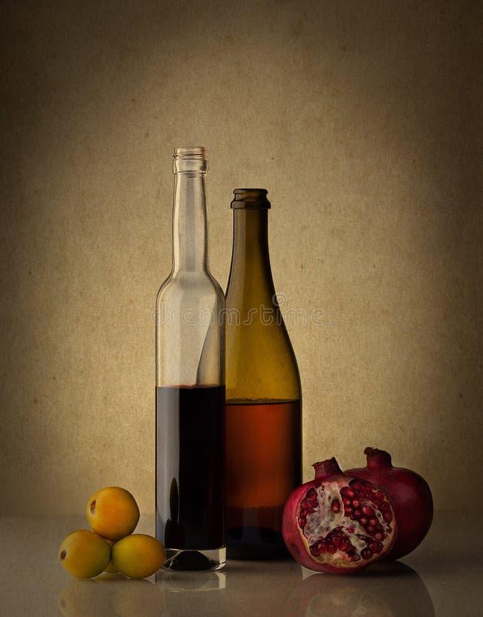 La vie toujours avec deux bouteilles et fruits de vin photo libre de droits
