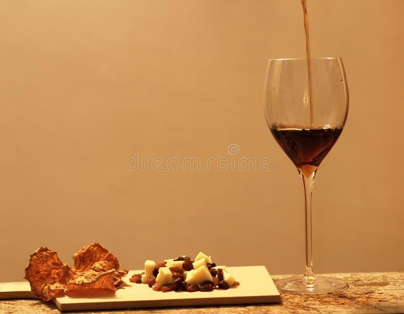 La vie toujours avec du vin et le fromage photo libre de droits