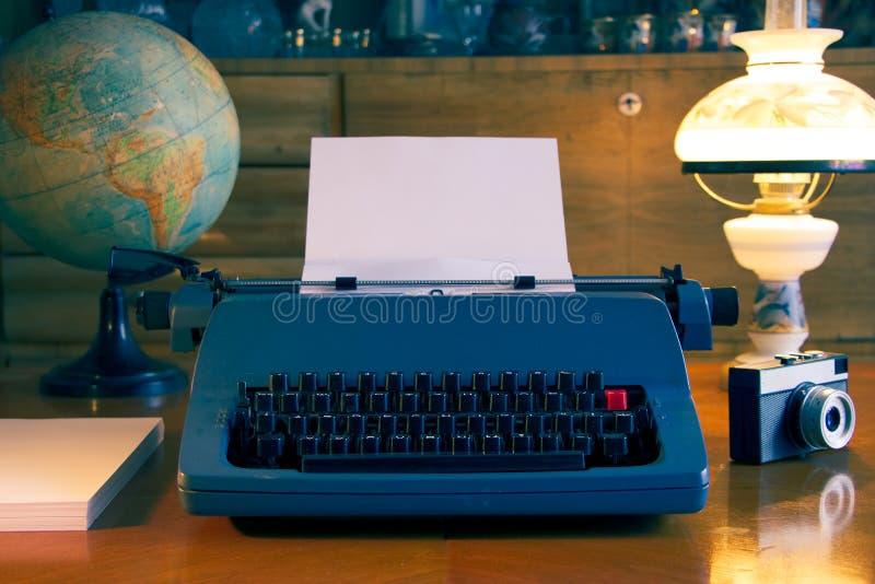 La vie toujours avec la machine à écrire et l'appareil-photo photo stock