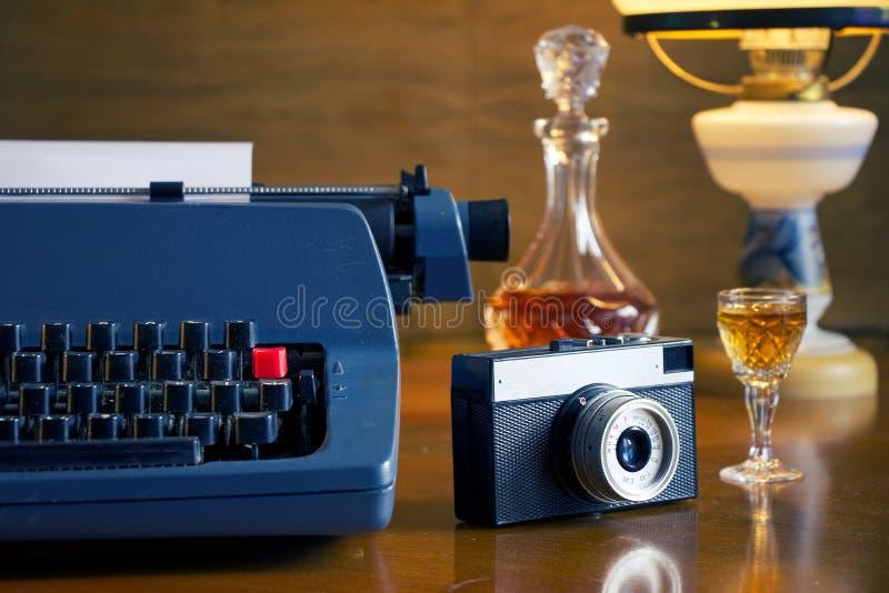 La vie toujours avec la rétro machine à écrire et l'appareil-photo photographie stock libre de droits