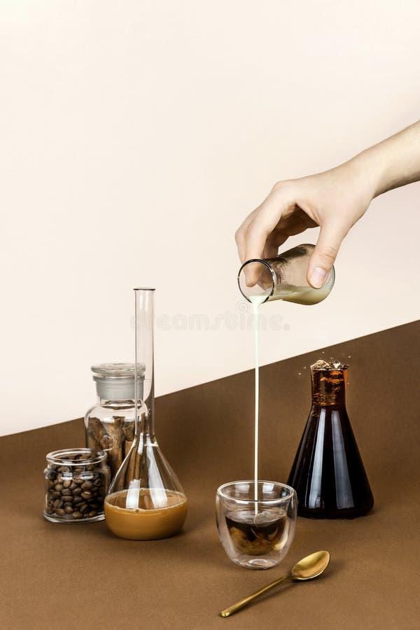 La vie toujours avec le divers produit chimique, verrerie de laboratoire et flacons avec du caf photos libres de droits