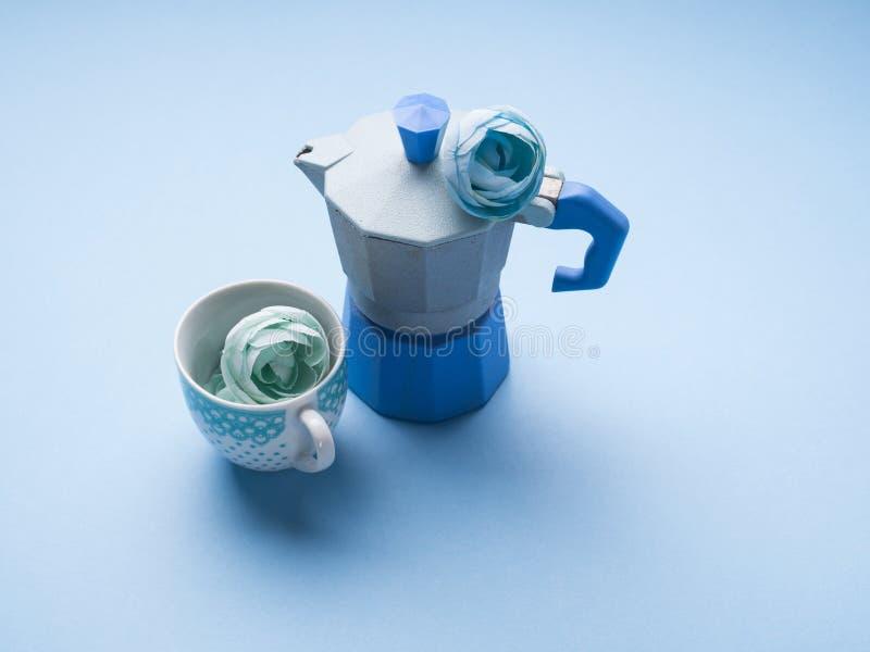La vie toujours avec le fabricant et la fleur de café bleus photos stock