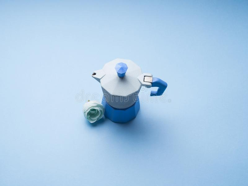 La vie toujours avec le fabricant et la fleur de café bleus image stock