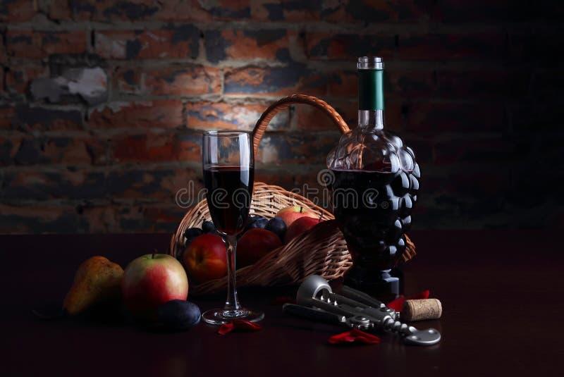 La vie toujours avec le fruit et le verre de vin photographie stock