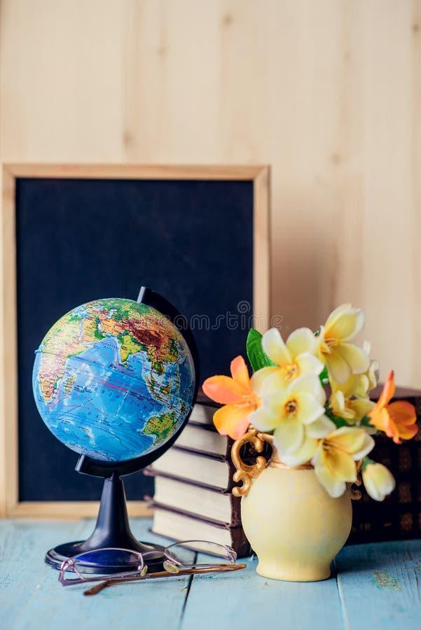 La vie toujours avec le groupe, le livre et le globe du muguet Concept du jour du professeur photos stock