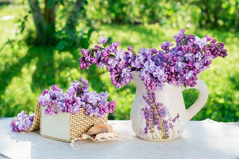 La vie toujours avec le lilas, cercueil, coquille sur une serviette image stock