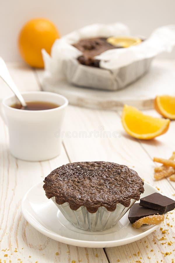 La vie toujours avec le petit gâteau de chocolat et la tasse de thé photo stock