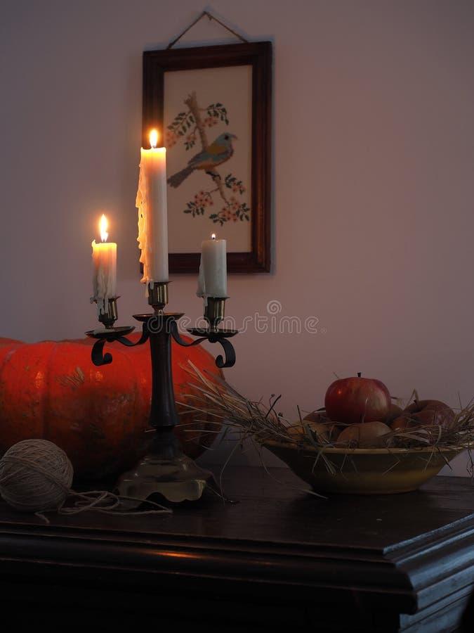 La vie toujours avec le potiron et le chandelier photos libres de droits