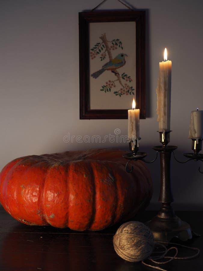 La vie toujours avec le potiron et le chandelier photo libre de droits
