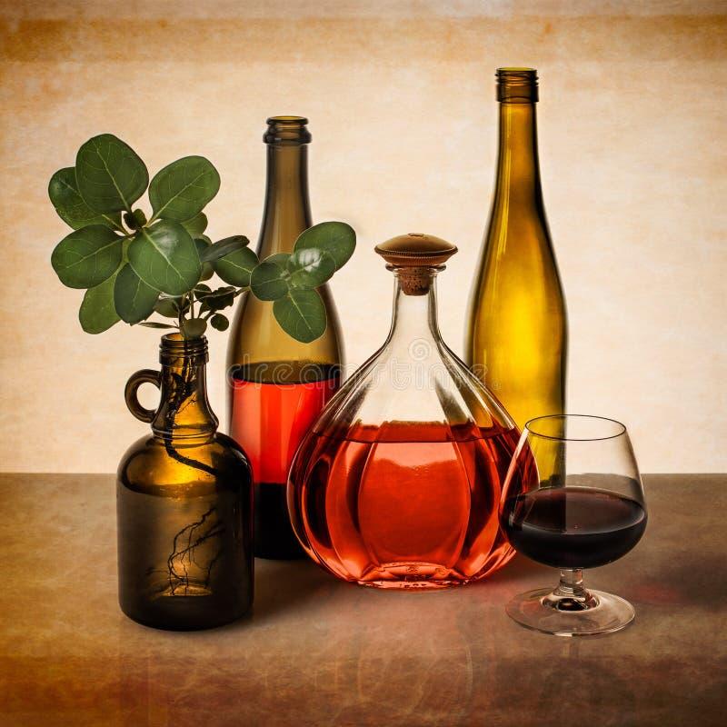 La vie toujours avec les bouteilles de vin et la verdure images libres de droits