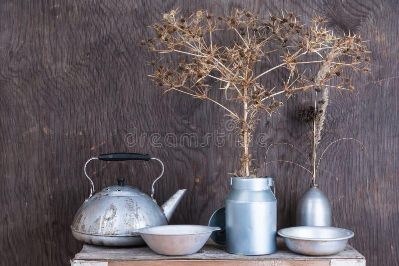 La vie toujours avec les fleurs épineuses de prairie sèche photographie stock libre de droits