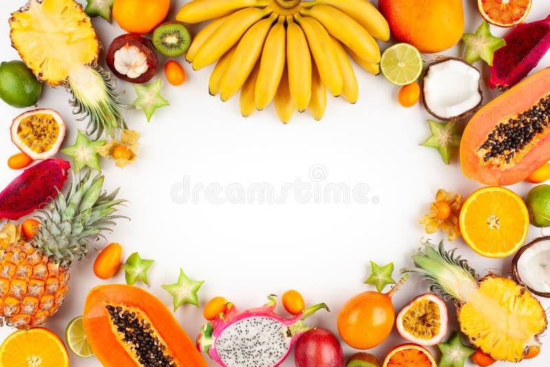 La vie toujours avec les fruits exotiques assortis frais photos stock
