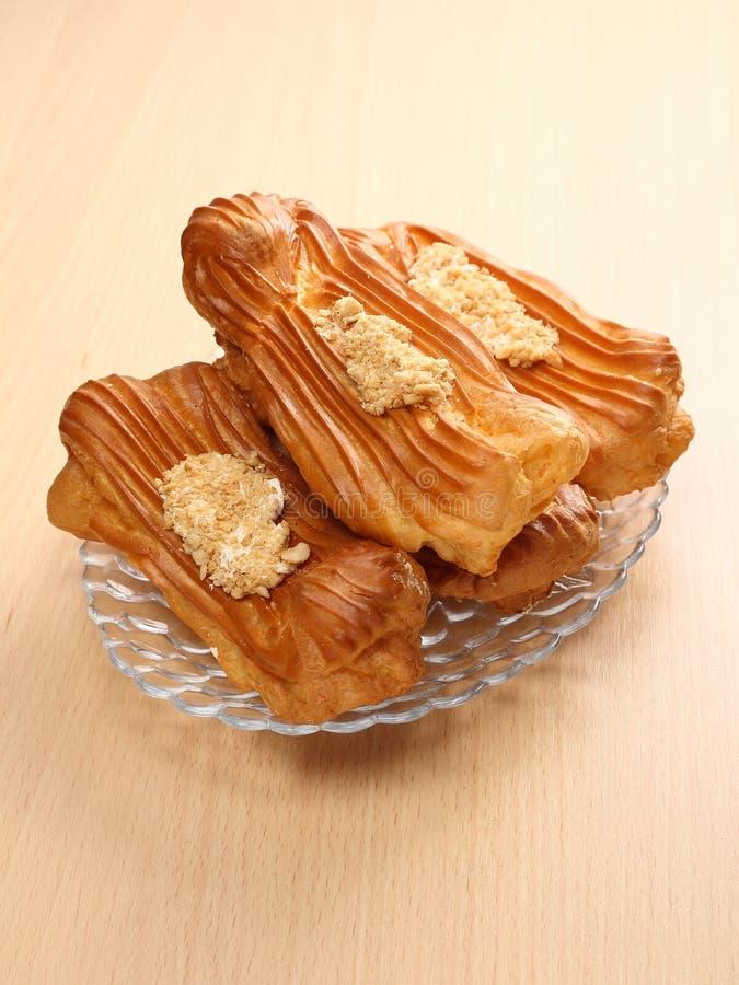 La vie toujours avec les pâtisseries françaises, le éclair sur la table photographie stock libre de droits
