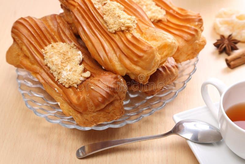 La vie toujours avec les pâtisseries françaises, le éclair sur la table images libres de droits
