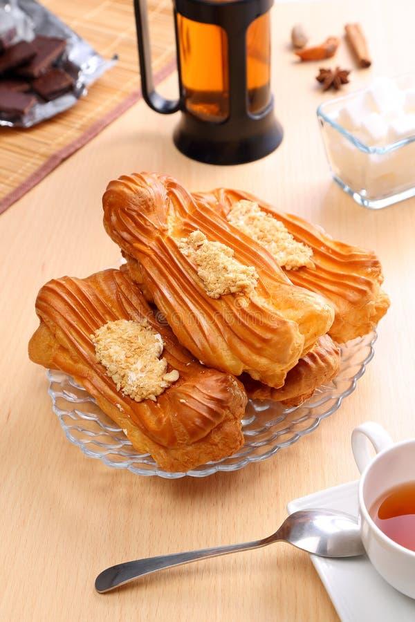 La vie toujours avec les pâtisseries françaises, le éclair sur la table photo stock