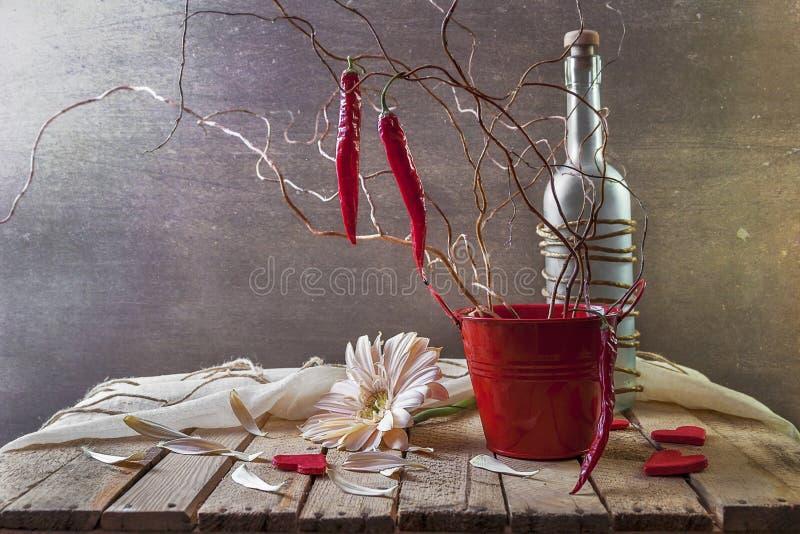 La vie toujours avec les poivrons rouges d'arbre images libres de droits