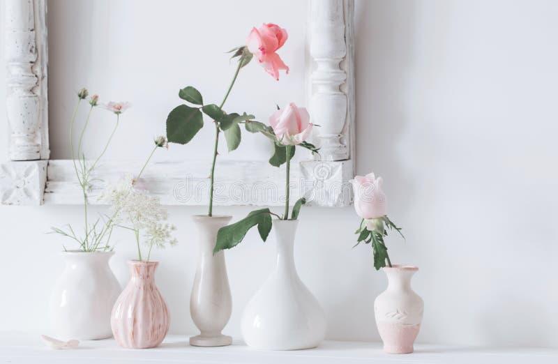 La vie toujours avec les roses roses à l'arrière-plan de blanc de vaseon photo stock