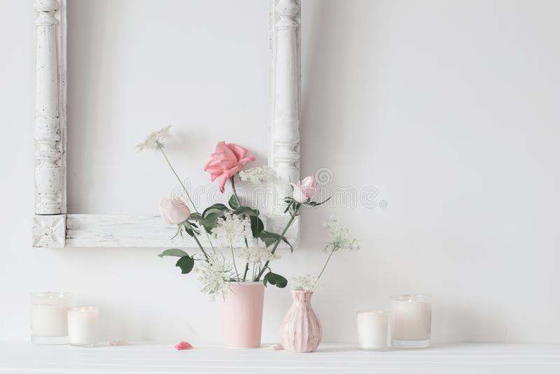 La vie toujours avec les roses et les bougies roses sur le fond blanc photo libre de droits