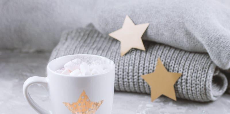 la vie toujours avec la tasse avec des guimauves et des étoiles d'or de chandail et de papier tricotées images stock