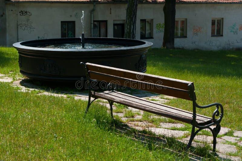 La vie toujours avec un banc et une fontaine photos libres de droits