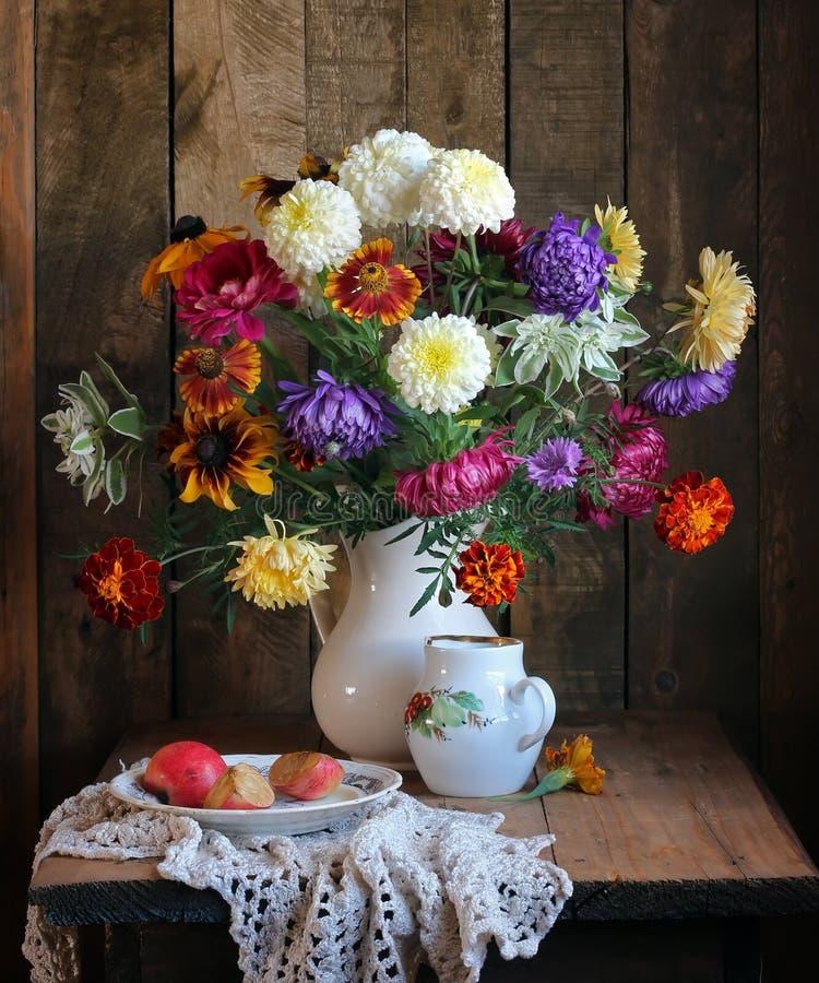 La vie toujours avec un bouquet photos libres de droits