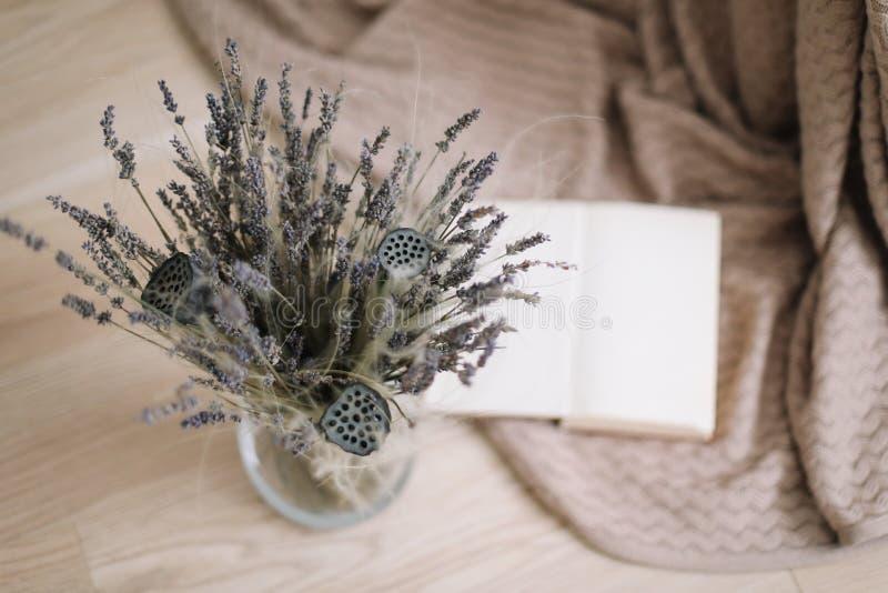 La vie toujours avec un bouquet des fleurs s?ches et d'un livre sur le fond en bois La Provence et le style rustique, vue sup?rie photos libres de droits